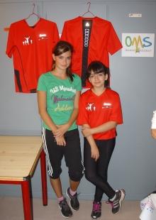 Channelle et Marie devant les nouveaux maillots du FMAC