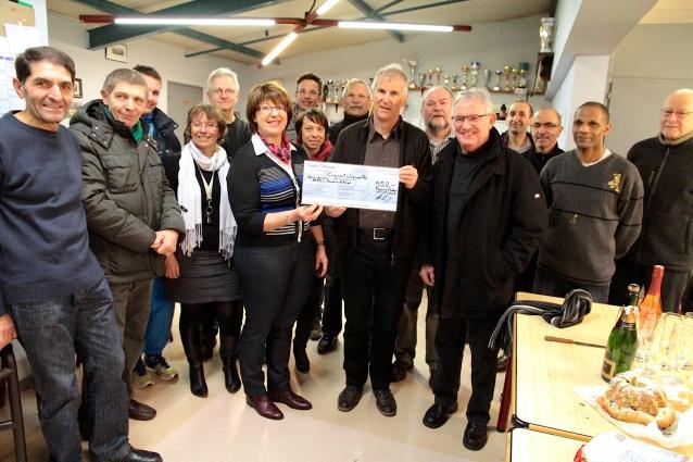 Remise d'un chèque de 552€ à l'AFAEI Rosselle et Nied